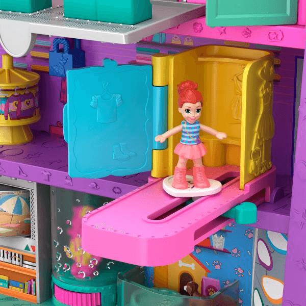 Lila fait un défilé de mode dans la cabine d'essayage du centre commercial Polly Pocket.