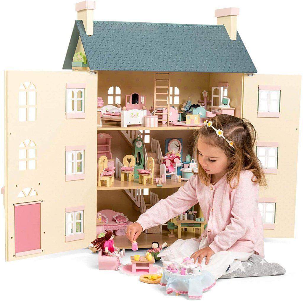 """La Maison de poupée en bois """"Cherry Tree All"""" permet de meubler selon les envies, avec ou sans les meubles et accessoires de la marque Le Toy Van, vendus en option."""